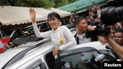 Bà Aung San Suu Kyi vẫy chào người tị nạn Miến điện tại trại tị nạn Mae La, ngày 2 tháng 6, 2012