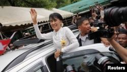 Bà Suu Kyi vẫy chào những người ủng hộ tại trại tị nạn Mae La, gần Mae Sot ở biên giới Thái-Miến Điện, 2/6/2012