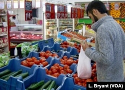 A first shopping trip in Reims for Afghan migrants from the Jungle.
