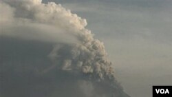 Gunung Merapi mengeluarkan abu vulkanik ke udara terlihat dari Desa Cangkringan,Yogyakarta 8 November 2010.