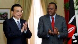 Le Premier ministre chinois Li Keqiang et le président kenyan Uhuru Kenyatta après la signature d'un accord pour une nouvelle ligne ferroviaire le 11 mai 2014. (AP/Thomas Mukoya)