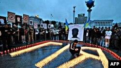 Dân chúng làm lễ tưởng niệm ký giả Georgy Gongadze tại Quảng trường Ðộc lập ở Kyiv sau khi ông bị sát hại