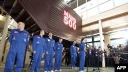 Các thành viên phi hành đoàn Mars500 nói chuyện với phóng viên sau khi rời khỏi phi thuyền không gian thử nghiệm ở Moscow, 4/11/2011
