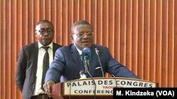 Le Premier ministre camerounais Joseph Dion Ngute s'adressant aux femmes anglophones à Yaoundé, Cameroun, le 18 avril 2019.
