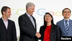 Kepala Eksekutif Piranti Keras Google Rick Osterloh (Kedua dari kiri) berjabat tangan dengan CEO HTC Cher Wang dalam konferensi pers untuk mengumumkan Google akan mengakusisi Pixel, divisi ponsel pintar milik HTC, di Taipei, Taiwan, 21 September 2017.