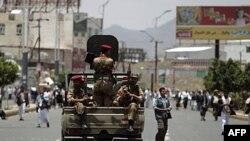 Binh sĩ Yemen canh gác tại thủ đô Sana'a trong lúc diễn ra cuộc biểu tình kêu gọi Tổng thống Yemen Ali Abdullah Saleh từ chức