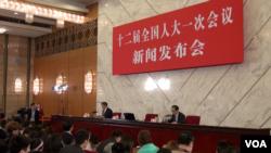 在北京人民大会堂举行的中国全国人大新闻发布会(美国之音东方拍摄)