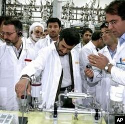 Le président iranien Mahmoud Ahmadinejad au complexe nucléaire de Natanz