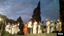 Sekitar 1.000 orang tokoh lintas agama dan kepercayaan menggelar doa bersama di depan Monumen Perjuangan Rakyat Bali Badjra Sandi Renon di Denpasar, Sabtu sore 6/10 (foto: Muliartha/VOA).