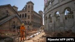 Un ouvrier travaille sur le chantier de construction d'une «arène» en béton sur le site historique du Palais de la Reine (Rova de Manjakamiadana) à Antananarivo, Madagascar, le 22 mai 2020.
