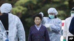 일본 후쿠시마(福島)현 고리야마시에서 제1원자력발전소 폭발로 인해 인근 주민들이 방사선 노출 검사를 받고 있다.
