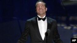 法国演员让·迪雅尔丹2月26日在好莱坞凭借影片《艺术家》获得奥斯卡最佳男主角奖