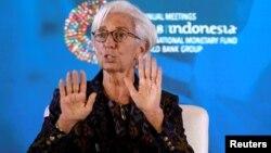 Direktur IMF Christine Lagarde berbicara dalam pertemuan tahunan IMF-World Bank di Nusa Dua, Bali, Selasa (9/10).