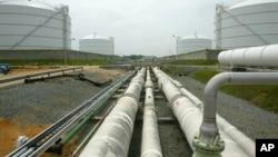 输送管道将液化天然气从海上对接站运送到道明尼资源公司的设施管道(资料照片)