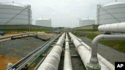 Pipa-pipa penyalur gas dari kilang lepas pantai ke empat tabung penampungan LNG milik Dominion Resources Inc. di di Cove Point, Maryland (Foto: dok).