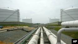បំពង់ដឹកឧស្ម័នរត់ពីស្ថានីយទៅកាន់អាងស្តុកចំនួនបួននៅឯរោងចក្រឧស្ម័ន Dominion Resources Inc. Liquefied Natural Gas នៅក្រុង Cove Point រដ្ឋ Maryland។