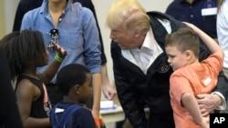 """Президент Дональд Трамп розмовляє з дітьми, постраждалими від урагану """"Гарві"""", під час візиту до Центру NRG в Г'юстоні, 2 вересня 2017 року."""