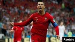 Mshambuliaji wa timu ya taifa ya Ureno, Christiano Ronaldo, akishangilia moja ya magoli yake, Ijumaa.