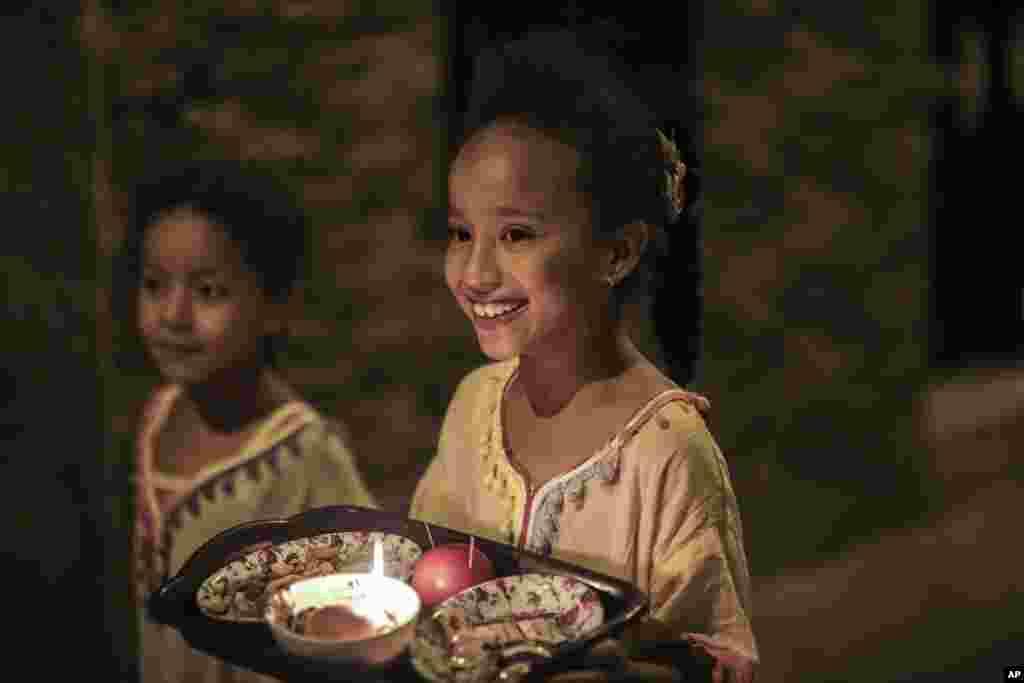 عاشورہ کے دن بچوں کا پسندیدہ مشغلہ گھر گھر جاکر میوے اور انواع و اقسام کے کھانے جمع کرنا ہوتا ہے