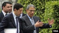 Amr Moussa, Sekjen Liga Arab (kanan) bersama Kepala Staf dan Juru Bicara Liga Arab Hisham Youssef di markas besar LIga Arab di Kairo, Mesir (foto: dok).