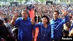 Presiden Susilo Bambang Yudhoyono bersama Ibu Negara Ani Yudhoyono dan putra mereka Edhie Baskoro Yudhoyono dalam sebuah kampanye 2009. (Foto: Dok)