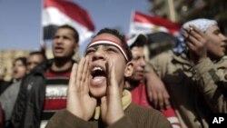 Seorang anak muda Mesir meneriakkan slogan-slogan dalam demonstrasi di Lapangan Tahrir, Kairo. (Foto: Dok)