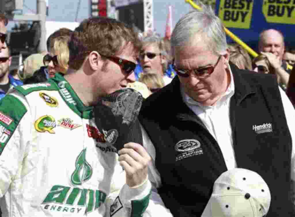 Dale Earnhardt, Jr. habla con el dueño del equipo Rick Hendrick antes de la carrera clasificatoria.