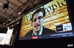 Edward Snowden em videoconferência no Festival SXSW Música, Filme + Interactividade 2014, Centro de Convenções de Austin , Março 10, 2014.