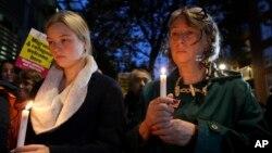 英國民眾在倫敦內政部外點燃蜡燭悼念在埃塞克斯郡一輛卡車貨櫃裡發現的39名死難者。