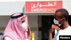 Para pria di Dammam, Arab Saudi mengenakan masker wajah untuk menghindari virus korona (MERS-CoV).