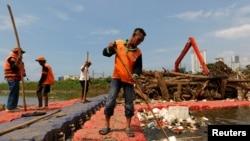 Para petugas membersihkan sungai yang tercemar oleh sampah plastik dan styrofoam (foto: ilustrasi).