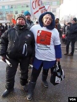 反对派活动人士卡尔马科娃(右)。她T恤上写的是:打到契卡(克格勃)的胡作非为。(美国之音白桦拍摄)