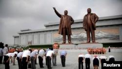 북한의 전승절인 27일 북한 주민들이 만수대 언덕에서 김일성ㆍ김정일 동상에 참배하고 있다.