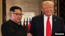 Кім Чен Ин і Дональд Трамп на саміті в Сінгапурі 12 червня 2018 року