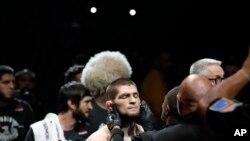 Khabib Nurmagomedov diperiksa sebelum melawan Conor McGregor dalam pertarungan seni bela diri campuran ringan di UFC 229 di Las Vegas, Sabtu, 6 Oktober 2018. (Foto: AP/John Locher)