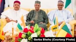 Hagu zuwa dama: Shugaba Mahamadou Issoufou na Nijar; shugaba Idris Deby na Chadi, shugaba Muhammadu Buhari na Najeriya a taron kasashen gabar tafkin Chad
