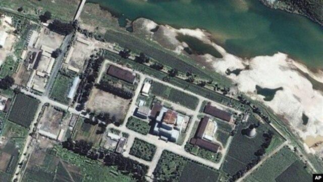 Fasilitas nuklir Korea Utara di Yongbyon, utara Pyongyang (Foto: dok). Korut mengatakan akan kembali melakukan percobaan nuklir ke-3, menanggapi pengetatan sanksi PBB yang dikeluarkan hari Selasa (22/1).