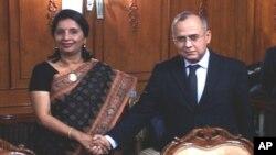 پاکستان کے خارجہ سیکرٹری سلمان بشیر اپنی بھارتی ہم منصب نروپما راؤ کے ساتھ