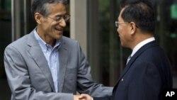 10일 북·일 적십자 회담을 마치고 악수하는 조선적십자 리호림 사무총장(오른쪽)과 일본 적십자 다사카 오사무 국제부장.