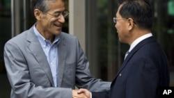 지난 10일 북·일 적십자 회담을 마치고 악수하는 조선적십자 리호림 사무총장(오른쪽)과 일본 적십자 다사카 오사무 국제부장.