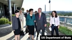 2017年9月28日美国国务卿蒂勒森(右二)和中国国务院副总理刘延东在美国与中国社会文化对话工作早餐前交谈 (国务院图片)