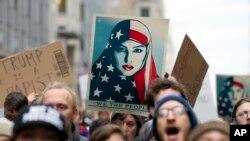 Nhiều phụ nữ tụ tập trước điện Capitol, trụ sở Quốc hội Hoa Kỳ để phản đối Tổng thống Trump.
