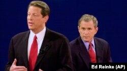 资料照片:民主党总统候选人、副总统戈尔与共和党总统候选人、德克萨斯州长小布什进行电视辩论。(2000年10月17日)
