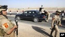 지난 25일 이라크 바스라에서 차량 검문 중인 이라크 군인들. (자료 사진)