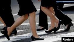 Para karyawan perempuan mengenakan sepatu berhak di kawasan bisnis di Tokyo, Jepang, 4 Juni 2019. (Foto: Kim Kyung-Hoon/Reuters)