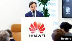 资料照片:华为驻欧代表刘康在布鲁塞尔举行的记者会上讲话。(2019年5月21日)