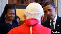 바락 오바마 미국 대통령과 영부인 미셸 오바마 여사가 지난 2009년 7월 바티칸에서 교황 베네딕트 16세를 알현했다. (자료사진)