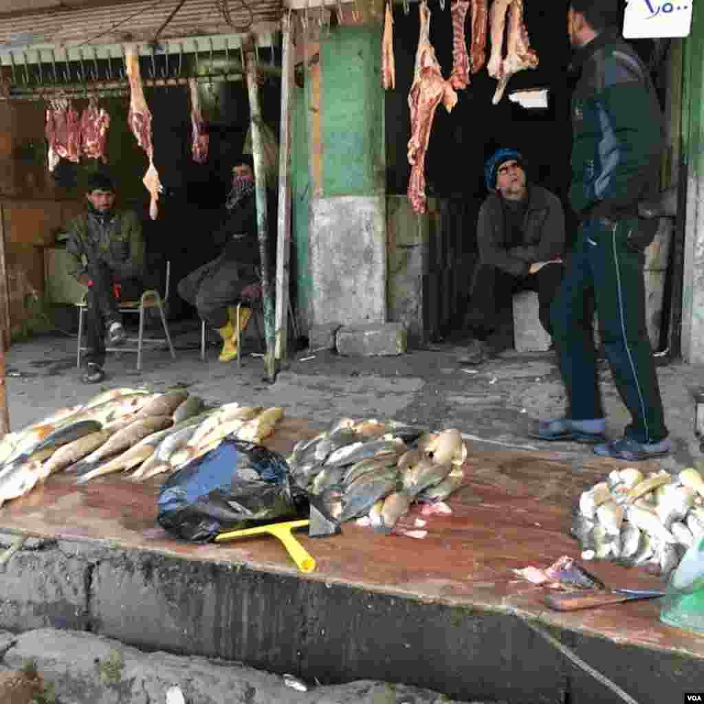 Vendors sell fish at the local market at Qayyarah town, south of Mosul, December 2016. (Kawa Omar/VOA)