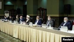 İran rəsmiləri koronavirusa qarşı mübarizə komitəsinin iclasında maska taxaraq iştirak edir, 21 mart, 2020.