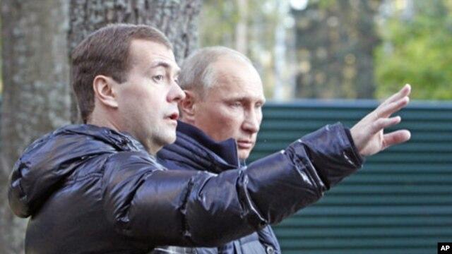 Russia's President Dmitry Medvedev (L) and Prime Minister Vladimir Putin walk at the residence in Zavidovo, in the Tver region, Russia, September 24, 2011.